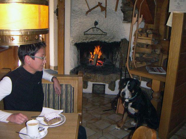 Zurück am Bärnkopf, gibt es nicht nur eine gute Jause in der Einkehrstube-Wackelstein, es ist auch Platz für Hund und Wagen.